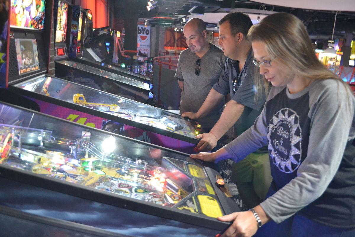 East Valley women challenge men for pinball wizardry | East Valley Tribune